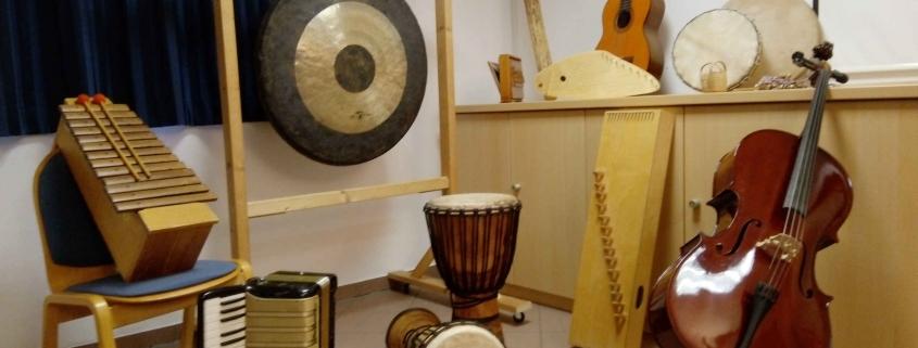 Unterschiedliche Instrumente in einem Raum